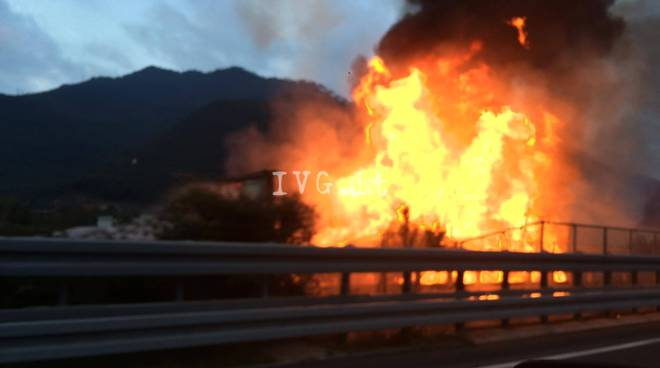 Camion in fiamme sulla A10