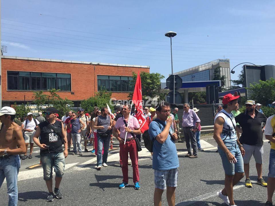 I lavoratori Ericsson bloccano Genova Ovest
