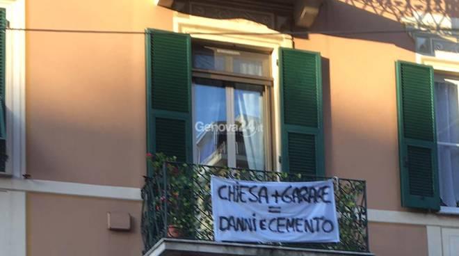 Striscione contro la chiesa di Sant'Anna a Rapallo