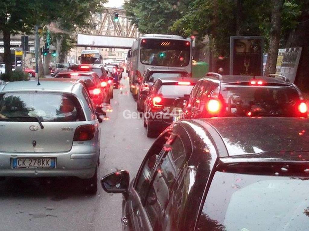 Via Perlasca chiusa, traffico nel caos