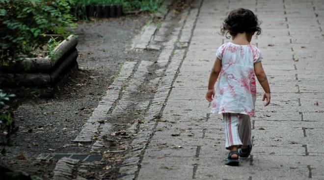 Genitori dimenticano bambina di 3 anni in autogrill