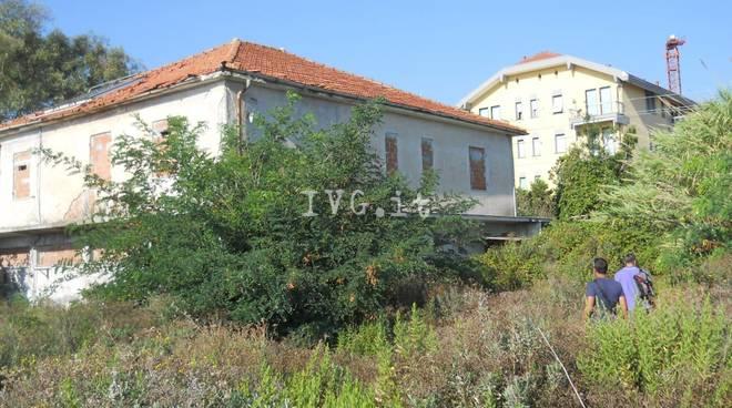 Ceriale, ex villaggio turistico trasformato in discarica e dormitorio abusivo