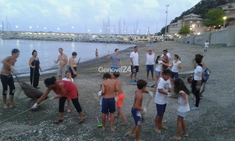 I volontari puliscono la spiaggia di Arenzano