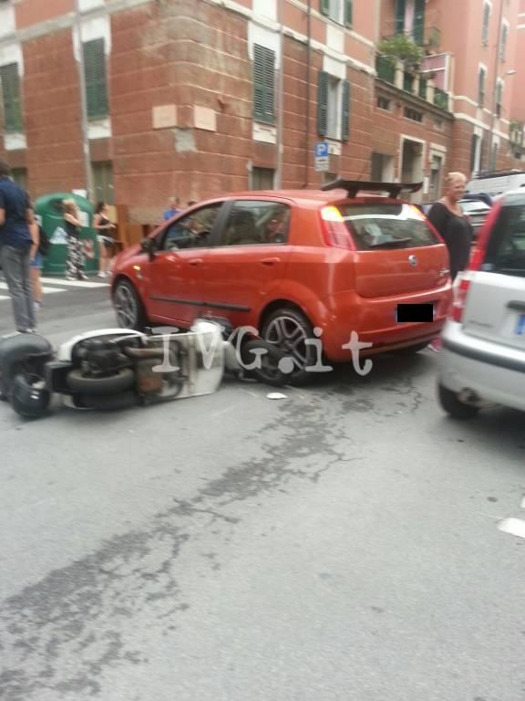 incidente auto vespa scooter via milano