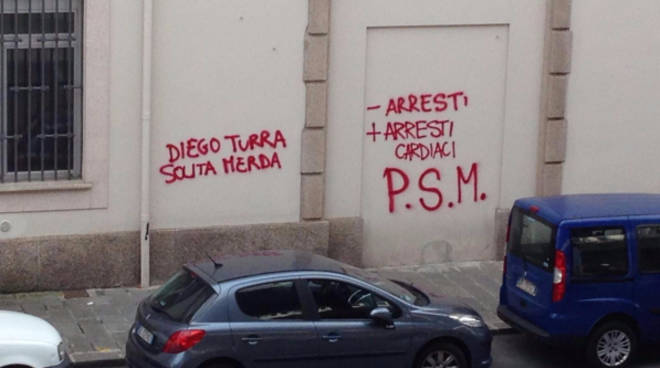 Non c'è pace per Diego Turra: scritte ingiuriose contro il poliziotto