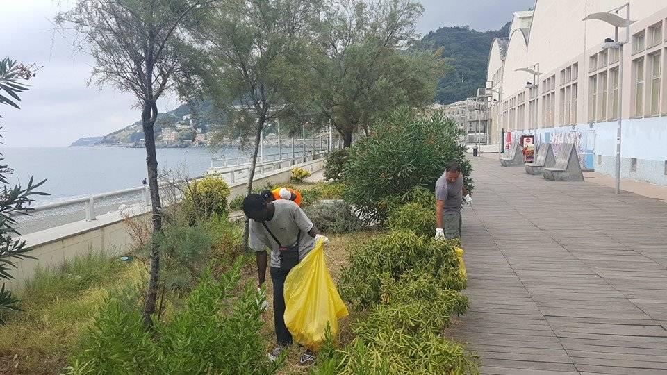 migranti e ilva puliscono passeggiata voltri