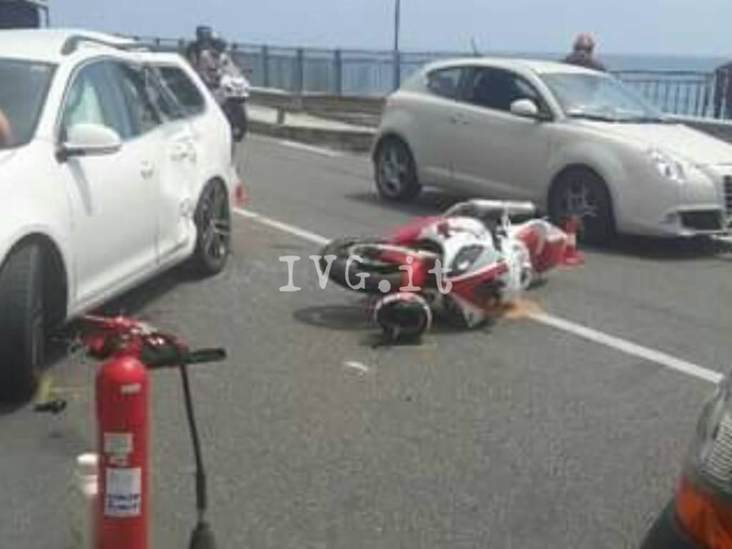 Scontro frontale tra un'auto e una moto sull'Aurelia a Finale