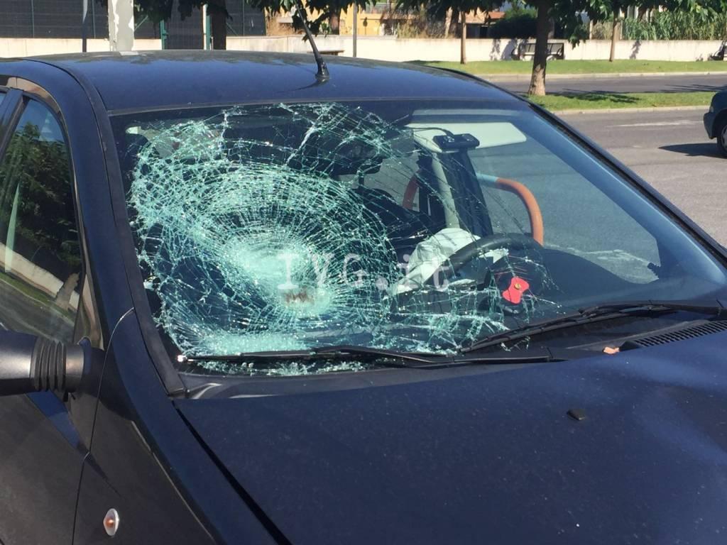 Scontro tra un'auto e una moto in via Crispi a Pietra