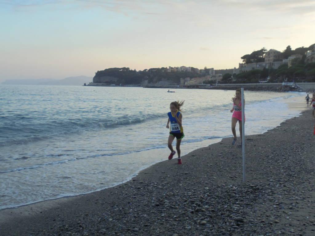 staffetta sulla spiaggia a Celle Ligure