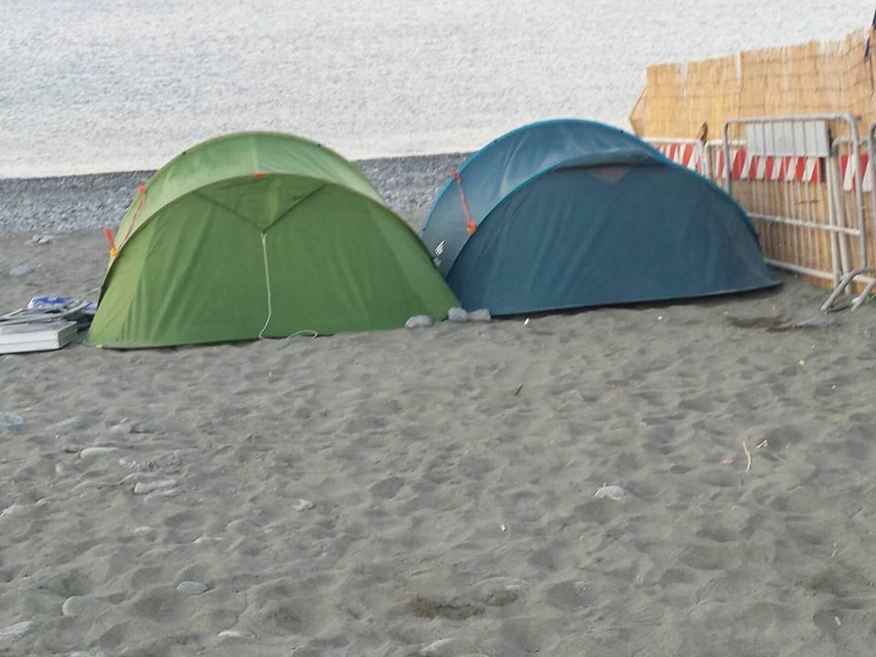 Tendopoli in spiaggia a Voltri