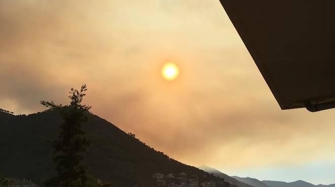 Vasto incendio boschivo tra il monte Fasce e il Cordona