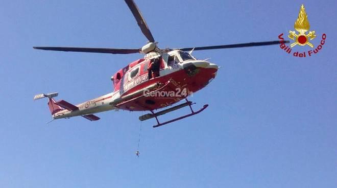 Vigili del fuoco, salvataggio con elicottero