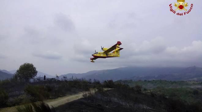 Incendio a Varese ligure, intervenuti elicotteri e canadair