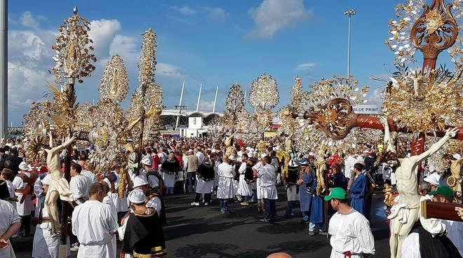 Chiude il congresso eucaristico, la processione dei cristi e la messa finale