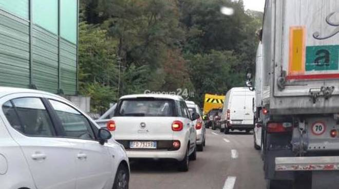 Camion si ribalta al casello di Genova Ovest, nessun ferito