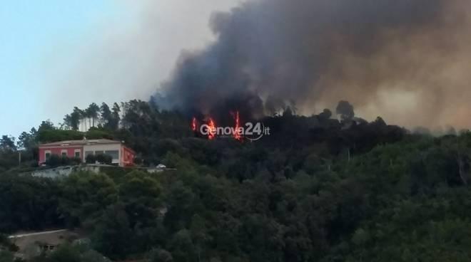 Incendi: fiamme nel Tigullio, chiusa Aurelia a Passo Bracco