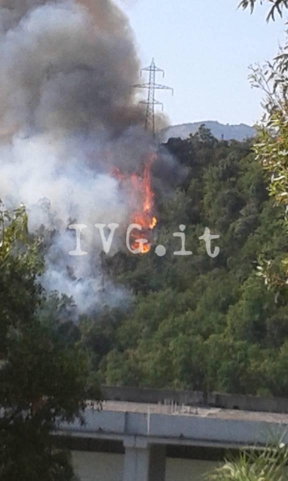 Incendio vicino alle case tra Loano e Boissano