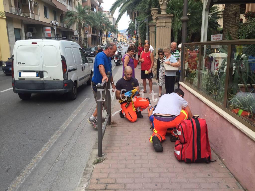 Pietra, furgoncino tamponato da ciclista