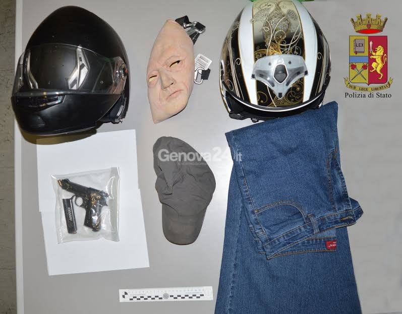 Maschera e vestiti usati per la rapina