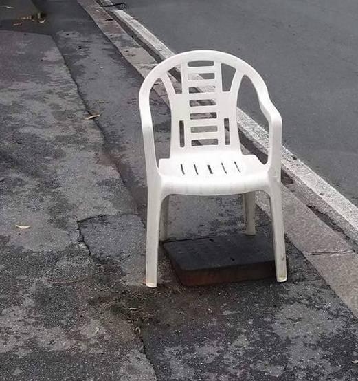 Sedia sopra a un tombino