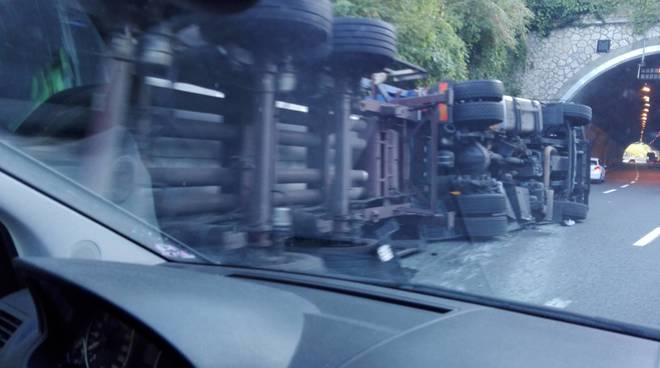 Incidente in A10, ancora un camion ribaltato. Tratto chiuso