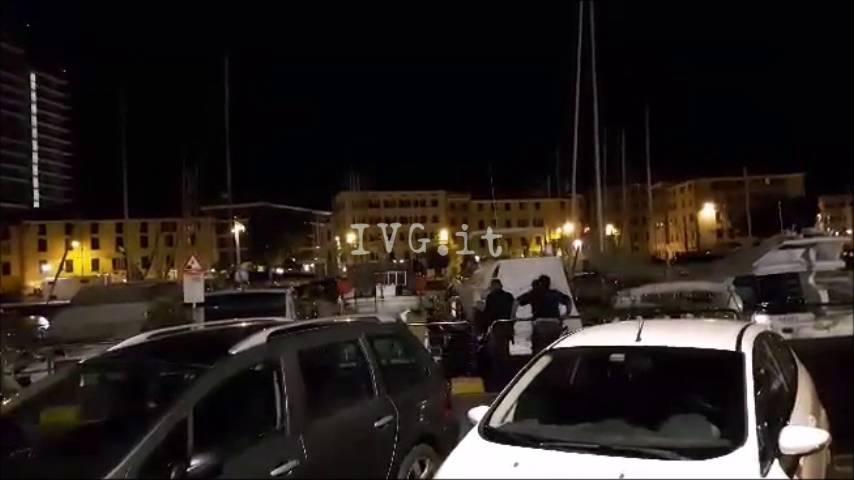 Picchia i carabinieri che lo hanno salvato dall'affogamento