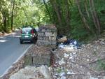 rifiuti abbandonati via montelungo