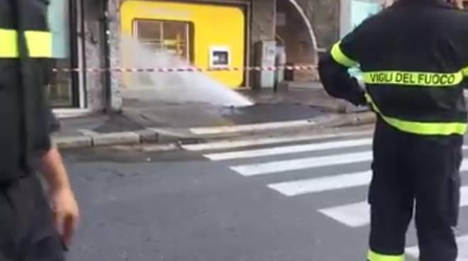Tubo acqua esploso in piazza Dante