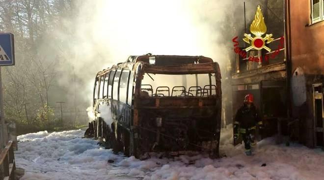 Autobus Atp distrutto dalle fiamme