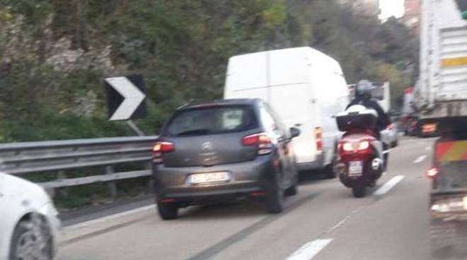 Motociclista travolto da Tir in A26, code fino a 6 km