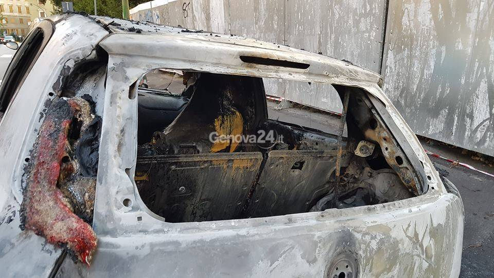 Macchine incendiate in corso Carbonara