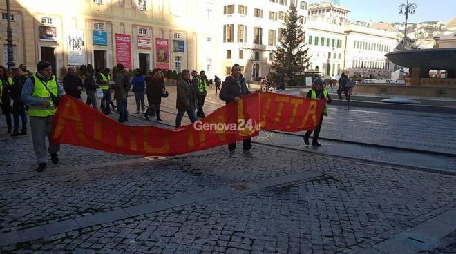 Lavoratori igiene ambientale in lotta, traffico paralizzato a Genova