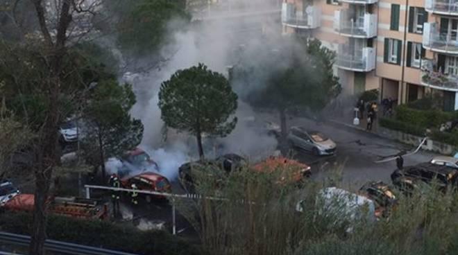 Arenzano, auto in fiamme in piazza Golgi