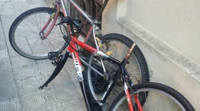 Biciclette e motorino rimossi a Chiavari