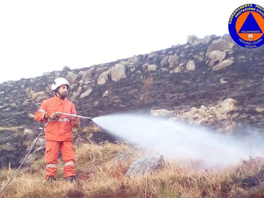 Incendio a Borzonasca (Foto dei Volontari della Protezione Civile)