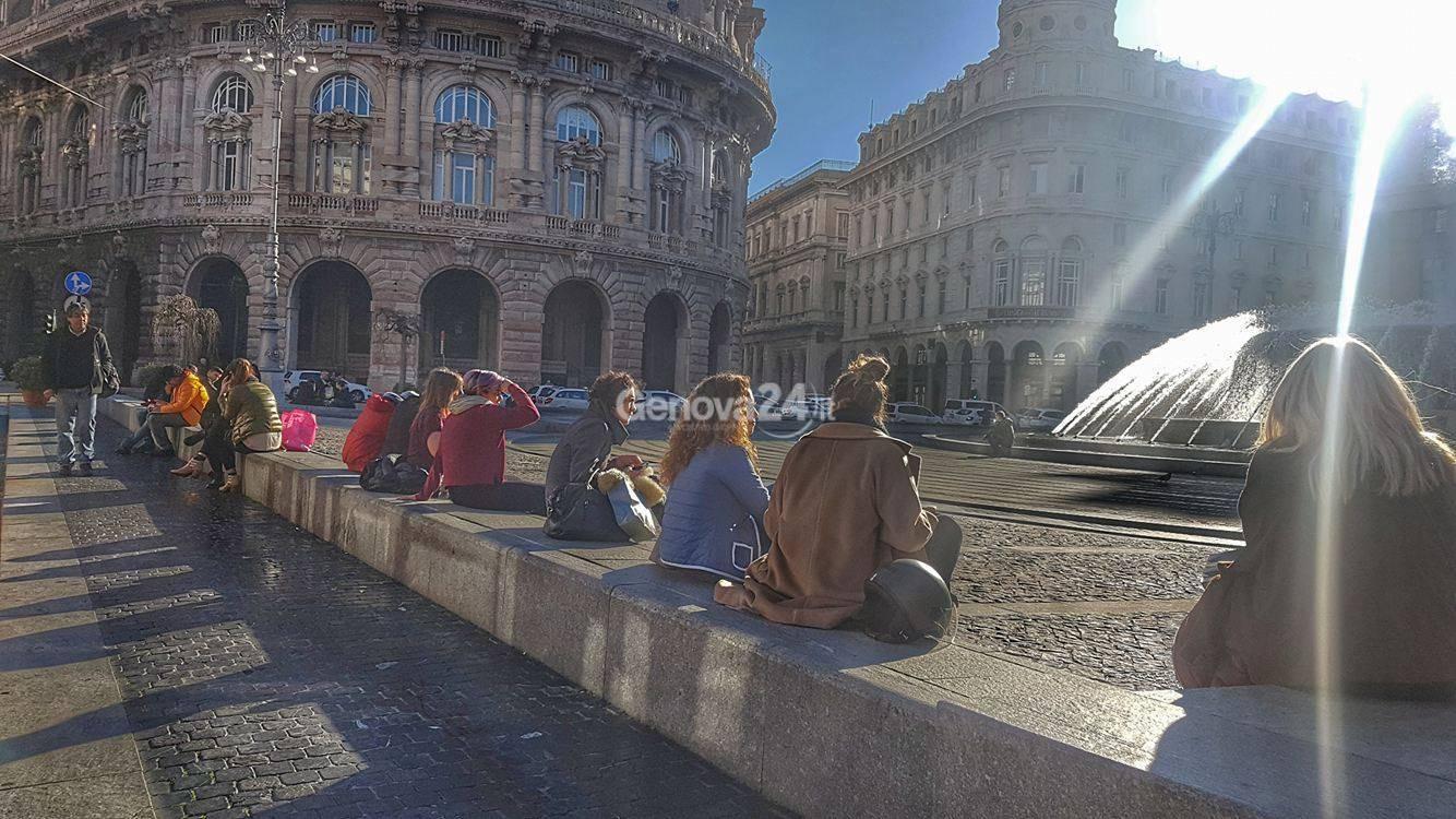 Inverno caldo, pausa in piazza De Ferrari al sole