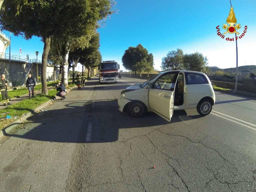 Perde il controllo dell'auto e sbatte contro un albero a Quiliano
