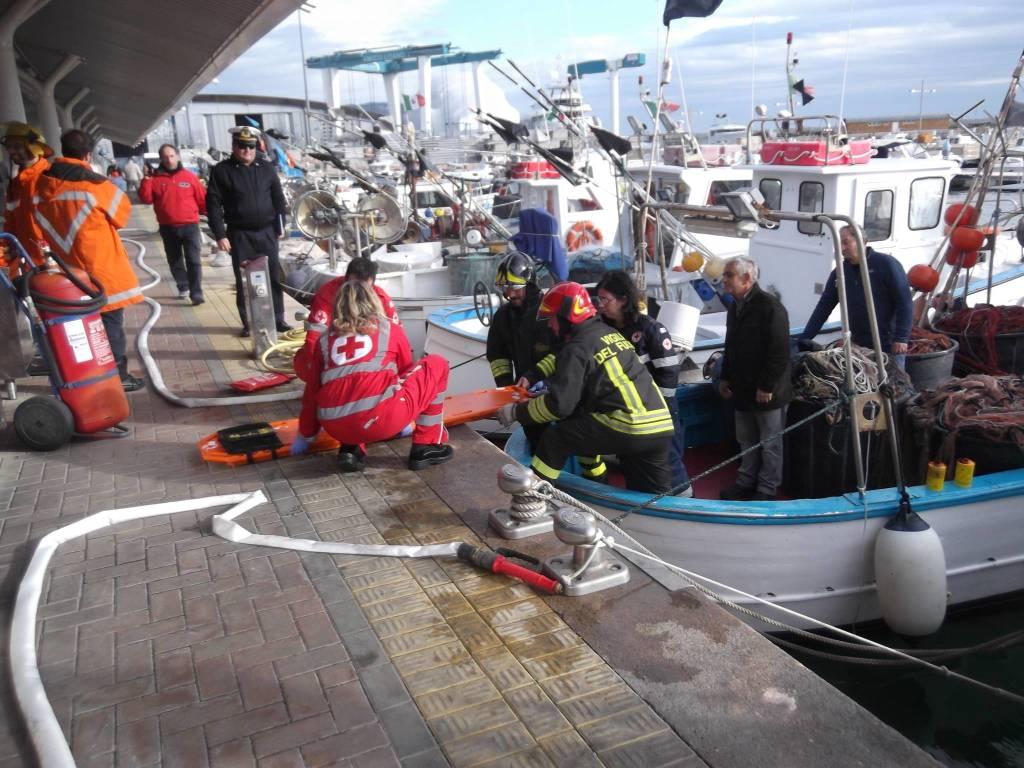 Peschereccio in fiamme al molo dei pescatori al porto di Loano