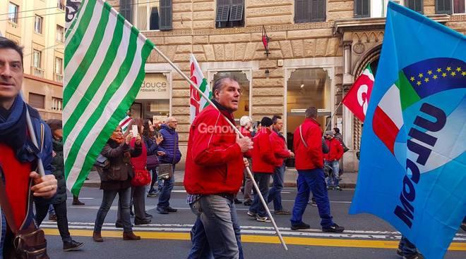 Telecomunicazioni, a Genova sciopero e corteo dei lavoratori: traffico in tilt fotogallery