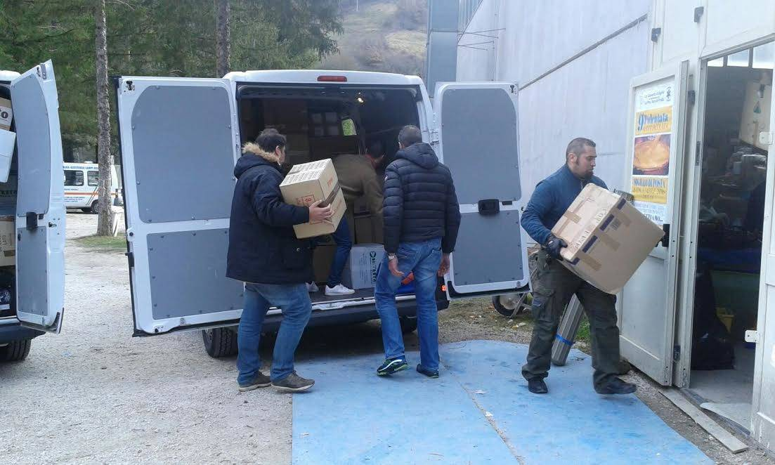 Terremoto, i tassisti genovesi consegnano pacchi a Posta