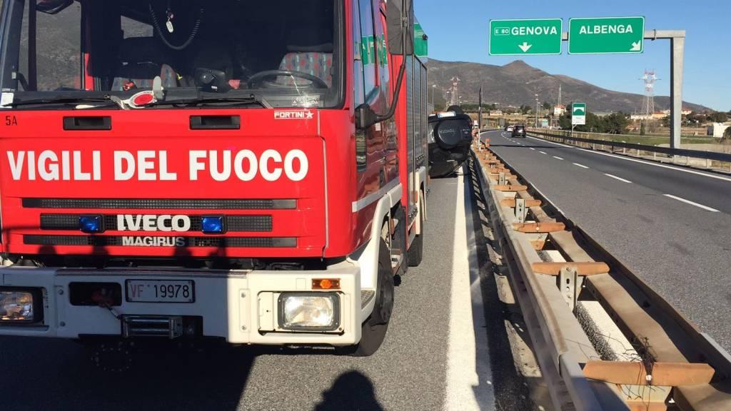Fuoristrada con famiglia a bordo si cappotta sull'A10 ad Albenga