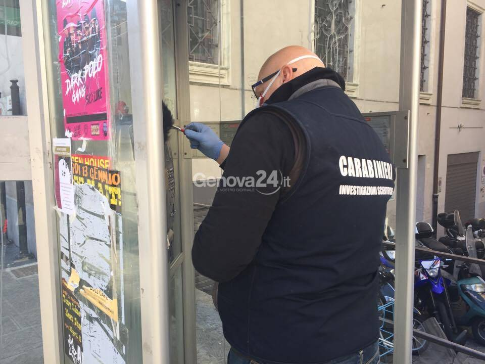 I carabinieri rilevano le impronte