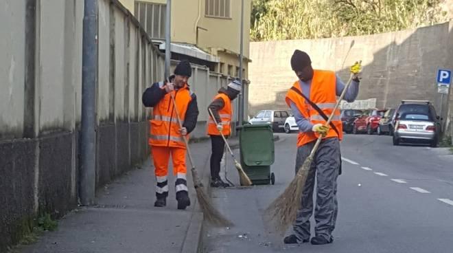 I profughi puliscono le strade di Riva Trigoso