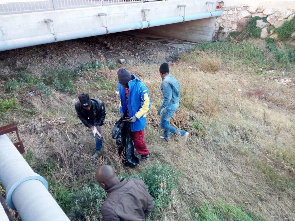 I profughi ripuliscono il Rio Ranzi di Pietra