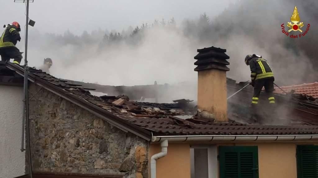 Incendio a Borzonasca, tetto distrutto dalle fiamme