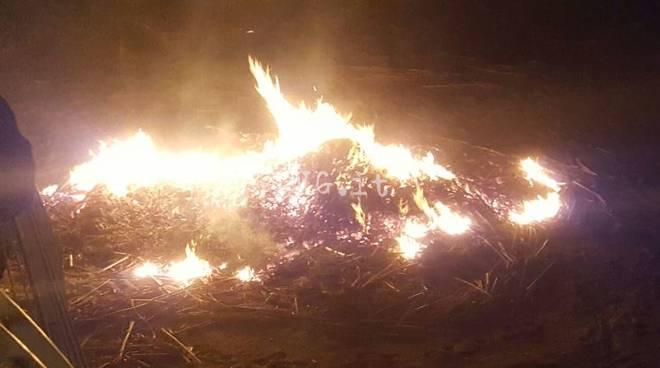 incendio spiaggia pietra