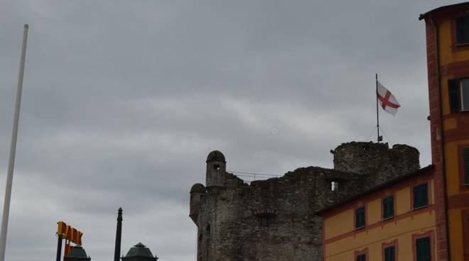 La bandiera di Genova sul Castello di Santa Margherita