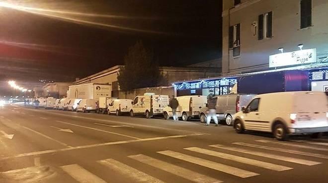 Mercato del pesce a Ca' de Pitta, furgoni in coda