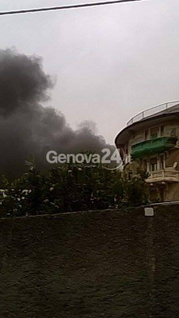Sestri ponente, incendio in piazza Clavarino