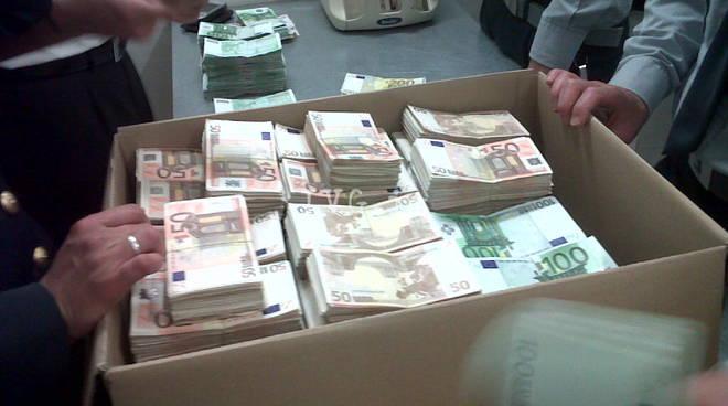 Alassina pizzicata con 180mila euro in aeroporto